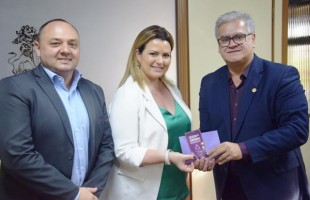 Presidente da Câmara recebe convite para escolha das soberanas da Festa da Uva