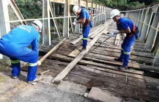 Secretaria de Obras realiza manutenção na Ponte do Korff em Criúva