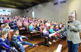 Mais uma turma de crianças lota o plenário para assistir a filme baseado em obra de Verissimo