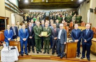 Prefeito Daniel Guerra concede Medalha Monumento ao Imigrante ao 3º GAAAe