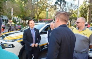 Prefeito Daniel Guerra entrega 15 novos veículos para seis secretarias municipais