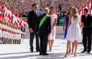 Bolsonaro toma posse e realiza foto oficial com seus ministros