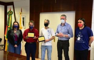 Prefeito Flávio Cassina entrega placa de agradecimento ao Patrono e ao Amigo do Livro da 36ª Feira do Livro de Caxias do Sul