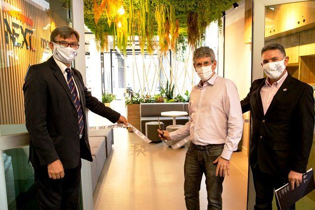 Reitor Evaldo Kuiava; CEO da Marcopolo James Belini; e presidente da FUCS, José Quadros dos Santos no corte da fita inaugural: espaço para projetos conjuntos de Pesquisa, Desenvolvimento e Inovação.