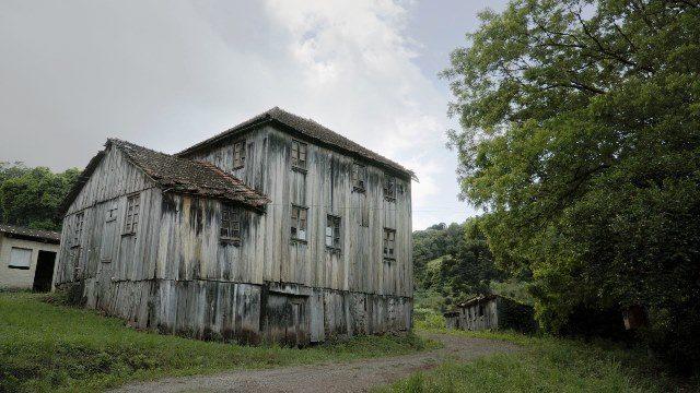 As primeiras casas foram construídas em madeira, material abundante na Serra gaúcha na época da imigração
