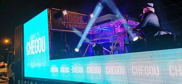 A bordo de um caminhão decorado e iluminado, o músico Rodrigo Soltton soltará a voz em um tour pelas ruas de Caxias do Sul - Crédito Tuche Fotografia