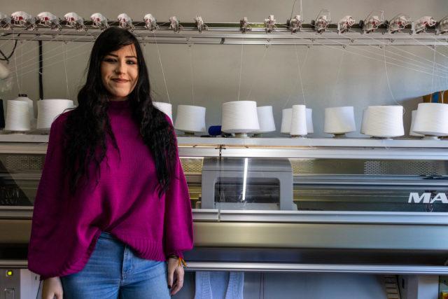 Luísa Turra, aluna do curso de Design de Moda, assina uma das criações da nova coleção da Ballardin Malhas.       Crédito: Sara Sgarabotto Chinelato