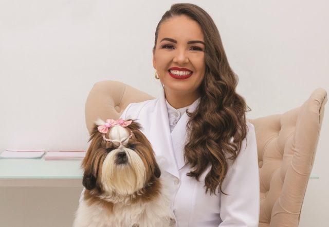 Quinta edição da revista PetSerra traz na capa a médica veterinária especializada em dermatologia Mônica Cabral, proprietária da Dermalove Foto de Fabiano Knopp / Espírito Animal
