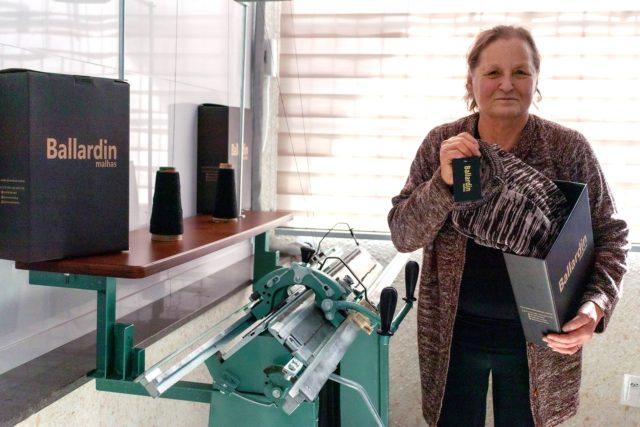 Matriarca e fundadora da Ballardin Malhas, Edith Zanetti Ballardin, confeccionou casaquinho que fez sucesso em 1979 e está sendo relançado em homenagem a ela e ao Dia das Mães. Créditos: Sara Sgarabotto Chinelato