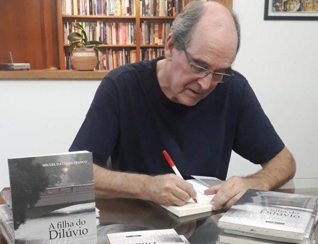 Miguel autografando acervo pessoal