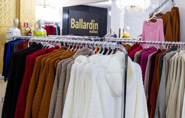 Ballardin apostou em modelos grossos, com gola alta, e fios mais quentinhos, além de cores ainda mais vibrantes e coloridas     Crédito: Sara Sgarabotto Chinelato