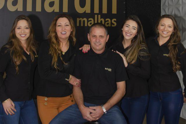 Michele Daniel, Iraci Ballardin Daniel, Valcir, Adriele e Franciele Daniel estão à frente da marca que completou 52 anos em junho     Crédito: Aline Tonioli