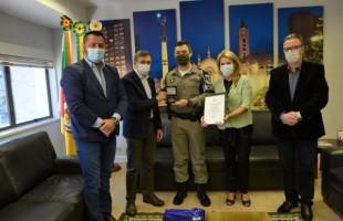 Comandante do 12º BPM recebe medalha Monumento Nacional ao Imigrante