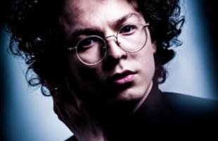 Cinco lives temáticas do cantor Ayrton Montarroyos ganham edições no formato de álbum digital partir de hoje, nas plataformas de música