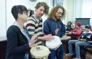 """Curso de Música da UCS lança projeto piloto com alunos da escola municipal Leonel Brizola com a """"Oficina Jovem Percussionista"""""""