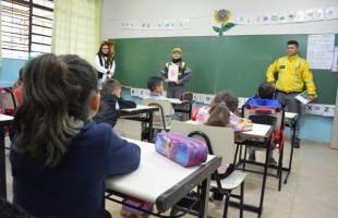Agentes da SMTTM tiram dúvidas sobre semáforos com estudantes da escola João de Zorzi