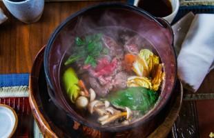 Na culinária, Sukiyaki (cozido de carne e vegetais ao shoyu e saquê)