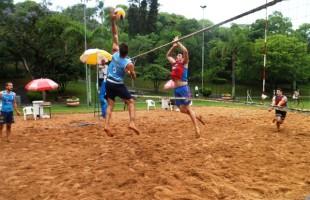 Jogos Abertos de Vôlei de Areia reúnem 32 participantes no Parque dos Macaquinhos
