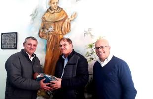 Fundação Marcopolo doa 70 pares de pantufas aos idosos do Lar São Francisco de Assis