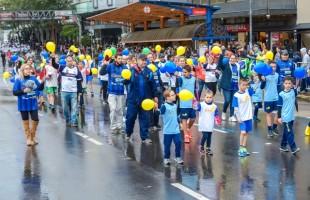 Apesar do tempo instável, desfile da Independência reúne 9 mil pessoas na rua Sinimbu