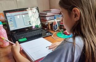 Alunos e professores da Rede Caminho do Saber se adaptam a nova rotina de videoaulas