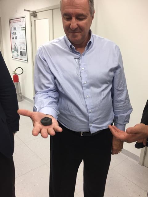Presidente do Simplás Jaime Lorandi mostra fragmento de grafeno em visita ao MackGraphe-SP = ZECA MARTINS - IMG_7040