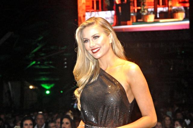 Martina Brandt, Miss Brasil 2015 deu o tom de como seria bela a noite. Um look digno de uma festa inesquecível.