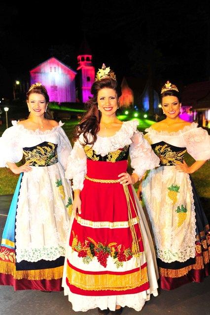Rainha Giovana Crosa, ladeada pelas princesas Gabrielle Debastiani e Karina Furlin (Foto Luiz Chaves,)