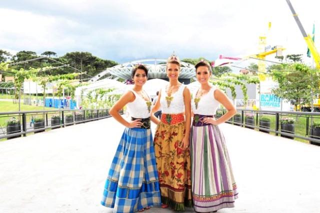 Rainha Roberta Toscan, ladeada pelas princesas Kelin Zanette e Aline Casagrande (Foto Chimia Lorenzett)