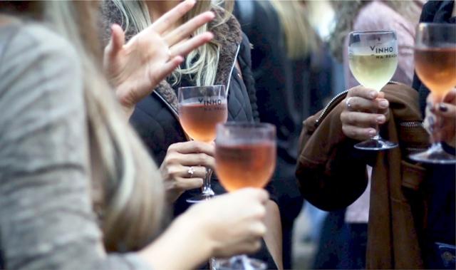 Feiras como o Vinho na Praça reuniram fãs da bebida de Baco para celebrar a programação do Dia do Vinho. Atividade reuniu mais de quatro mil pessoas na capital gaúcha Crédito: Rooney Bezzerra