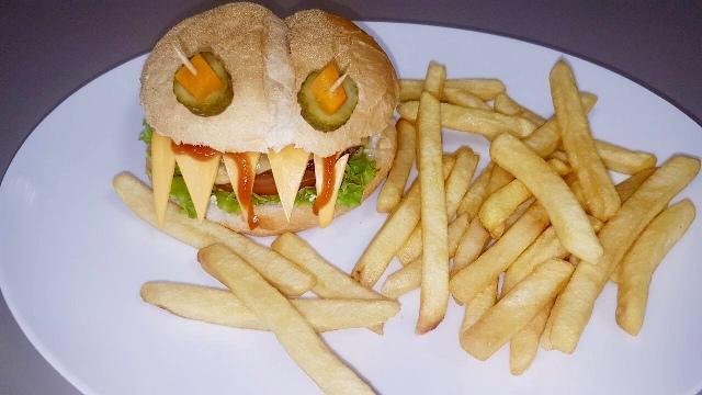BaitaKão espera os clientes com novidades divertidas e assombrosas no dia de Halloween, como o lanche Monster Burger - Crédito: Paulo Scola