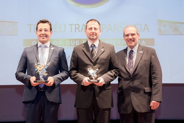 Os executivos Pablo Freitas Motta, gerente de Planejamento Tributário, Auditoria e Riscos da Marcopolo (E) e Leandro Antonio Basso, contador (centro), recebem os troféus da ANEFAC