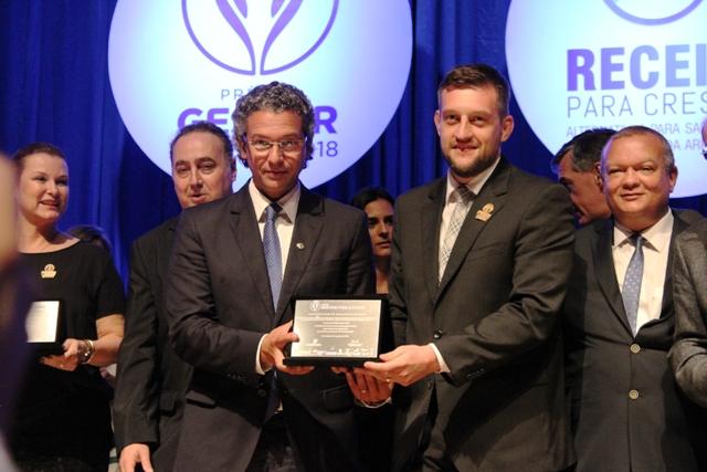 Deputado Estadual Frederico Antunes entregou o Certificado ao Prefeito Guilherme Pasin - Divulgação