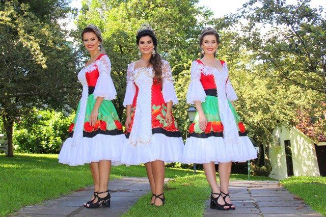 A imperatriz, Fernanda Priscila Fracasso, e as princesas, Bruna Campagnolo Zanotto e Francine Kesties Bortoli, com os trajes oficiais da X Femaçã. Foto: Letícia Kriger