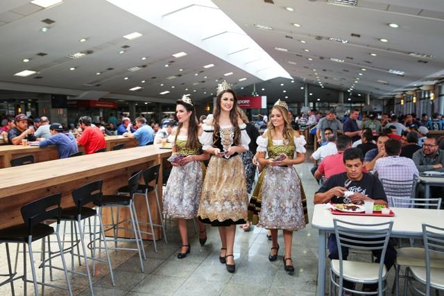 Rainha da Festa da Uva 2019 Maiara Perottoni e princesas Milena Caregnato e Viviane Gaelzer interagem com funcionários no restaurante interno das Empresas Randon