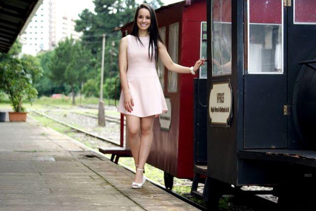 Camila Prigol, dando um passeio pelos trilhos da história, com charme e elegância, das tops daqui e de qualquer passarela que ouse desfilar. Das nossas preferidas.