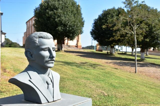 Busto de José Bin - Foto Leticia Fracasso.