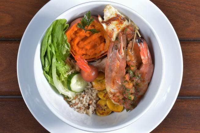 brochette-de-tilapia-com-camarc3a3o-grelhado-arroz-e-saladinha-da-horta-crc3a9dito-viny-arruda