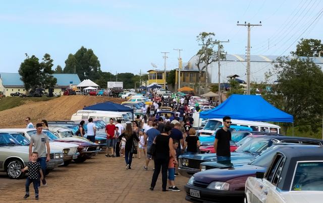 Encontro reuniu mais de 15 aviões e 500 carros antigos, de 64 municípios. Crédito: Ivane Costella Bissani