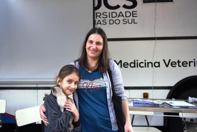 """Lucia Mazetto Costa, de 41 anos, e a filha Anne Marie Mazetto Costa, de 7 anos, com a gatinha """"Mimi"""", visitaram a unidade móvel da Medicina Veterinária - Foto Cláudia Velho"""