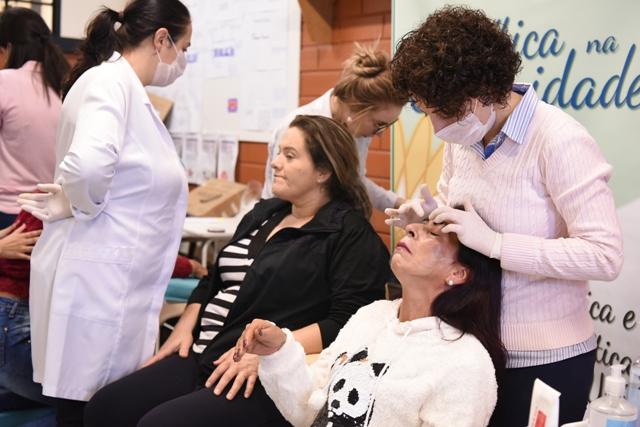 Rosane Vieira, de 46 anos, recebeu limpeza de pele no estande do curso de Estética e Cosmética - Foto Cláudia Velho