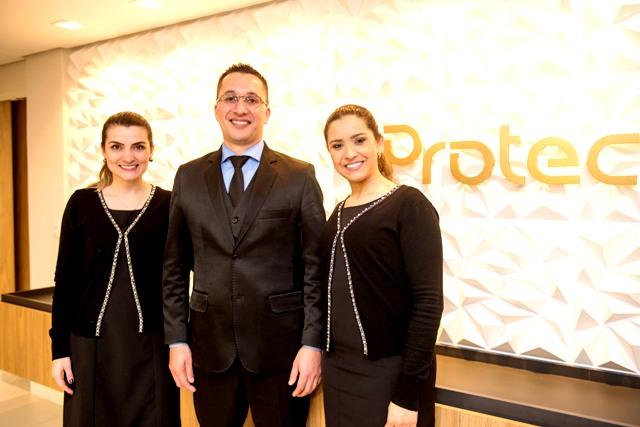 O empreendedor da Protec Paulo Oliveira ladeado pelas cerimonialistas Aline Ponzoni e Franciele Rasador