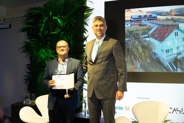 Diretor do Instituto de Pesquisa e Planejamento Urbano (IPURB), Vanderlei Mesquita, representou Bento Gonçalves na premiação - Divulgação