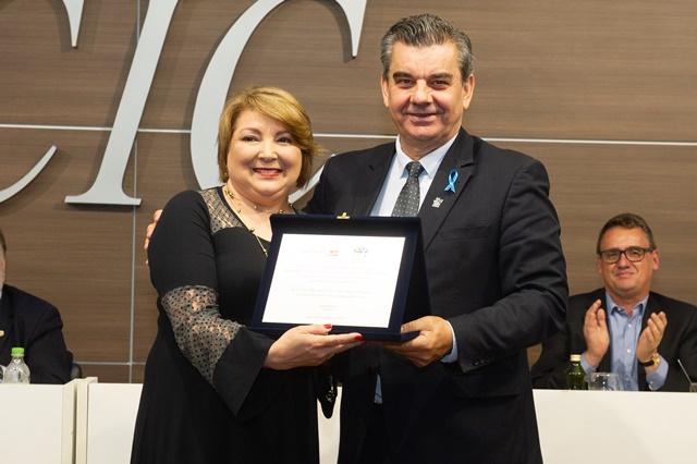 Presidente da Microempa, Luiza Colombo Dutra, recebe placa alusiva do Presidente da CIC, Ivanir Gasparin.