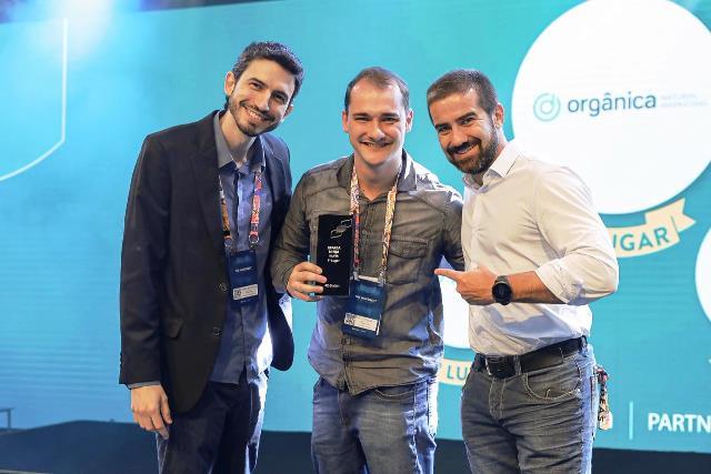 Rodolfo Benetti, diretor de Marketing da Orgânica Digital, recebendo o prêmio durante o RD Summit 2019 - Crédito Resultados Digitais, Divulgação
