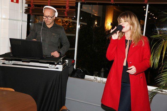 DJ Ivo Menegolla e a cantora Nicolle Mottin - Crédito Leandra Romani