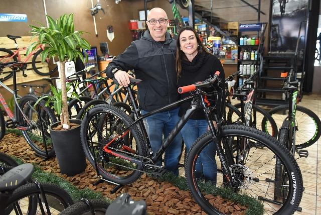 Sérgio André Florian e Marlise Biegelmeyer com a Bike Scale 940 - Foto Juliano Vicenzi