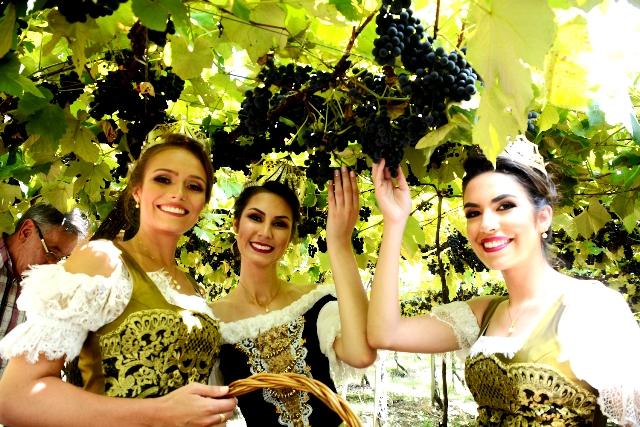 Rainha e princesas da Festa da Uva, Maiara Perottoni, Viviane Piamolini Gaelzer e Milena Remus Caregnato - Foto Paulo Pasa