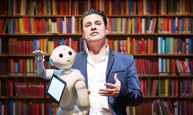 Gil Giardelli e o robô Pepper - Divulgação Gil Giardelli
