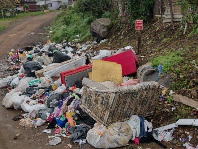 Sofás descartados incorretamente junto com outros resíduos em área pública, divulgação Codeca